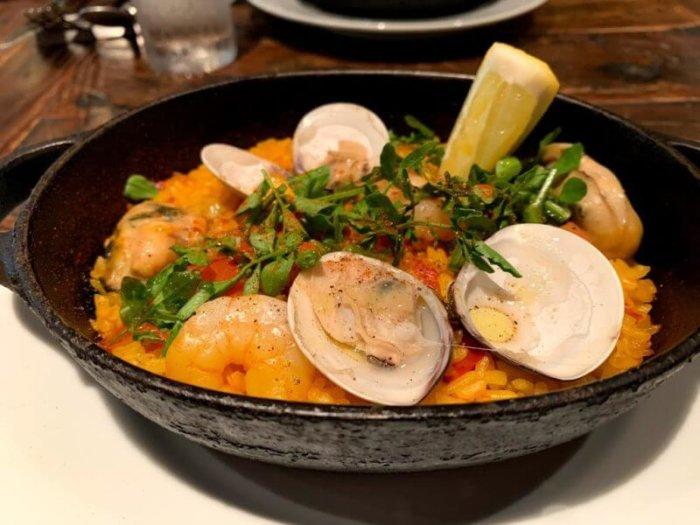 『バルネア グリル 銀座8丁目店』大きな牡蠣のパエリアランチ