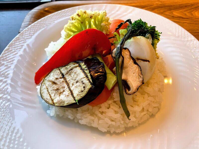 『カフェウォール (Cafe WOL)柏』地場野菜と大きなお肉のビーフカレー